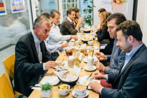 Teilnehmer bei einem Catering-Event im Baristaz Store in Mainz genießen selbstgemachte Köstlichkeiten und Kaffee.